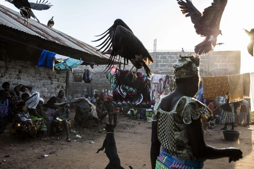 Žena na pohřebním obřadu v Bissau, Guinea-Bissau