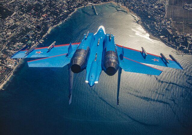 Ruský víceúčelový stíhací letoun Su-27 akrobatického týmu Russkije viťazi