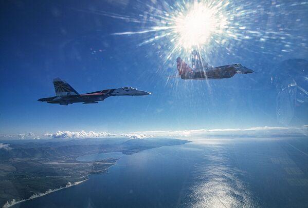 Dvojice MiG-29 a Su-27 akrobatických tymů Striž a Russkije viťazi nad Černým mořem - Sputnik Česká republika
