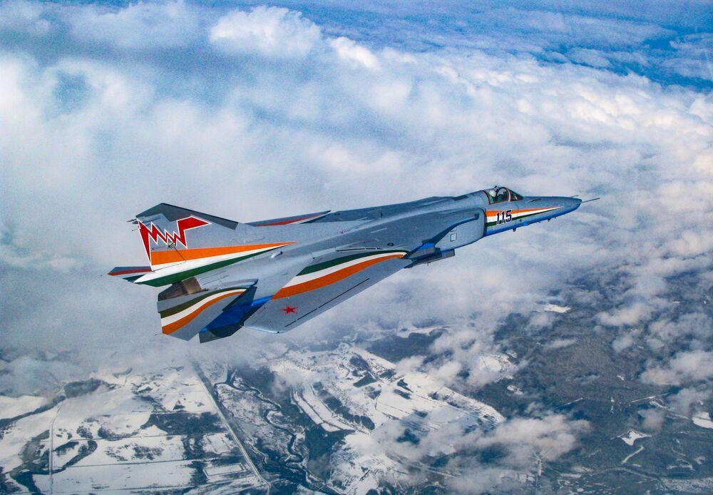 Stíhací bombardér MiG-27M se složeným křídlem