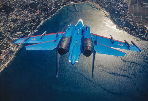 Ruský víceúčelový těžký stíhací letoun Su-27 akrobatického týmu Russkije viťazi - Sputnik Česká republika