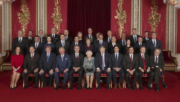 Společná fotografie lídrů zemí NATO v Buckinghamském paláci - Sputnik Česká republika