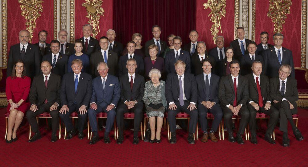 Společná fotografie lídrů zemí NATO v Buckinghamském paláci