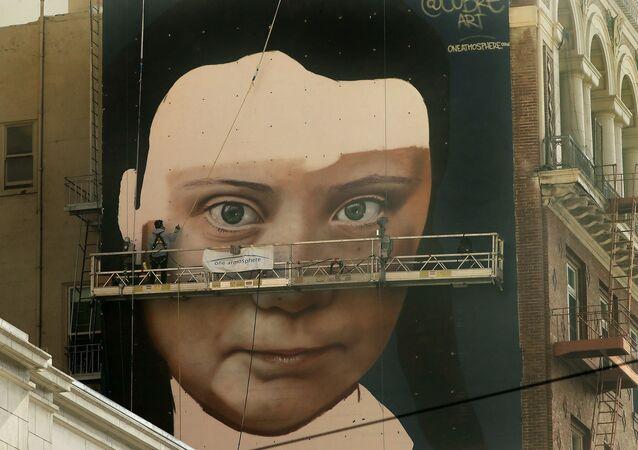 Obraz švédské aktivistky Grety Thunberové na zdi budovy v San Franciscu