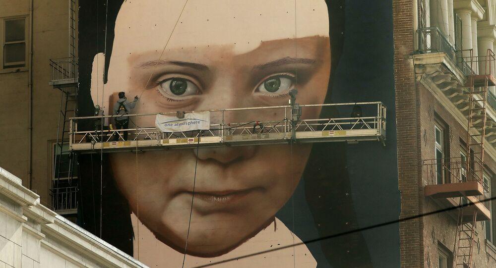Obraz švédské aktivistky Grety Thunberové na zdi budovy v San Franciscu.