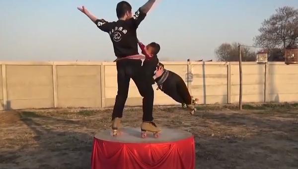S oprátkou na krku ve velké rychlosti. Mladí akrobati dobyli internet svými dechberoucími videi - Sputnik Česká republika