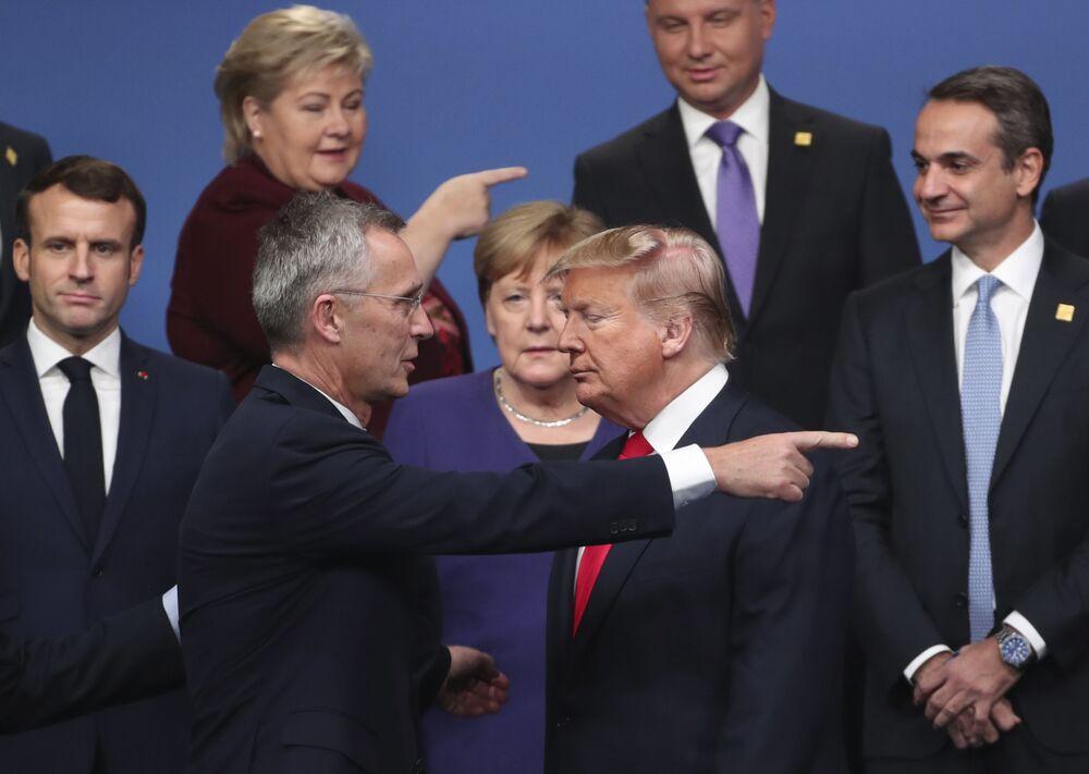Generální tajemník NATO Jens Stoltenberg a prezident USA Donald Trump po skupinovém focení na setkání lídrů NATO v anglickém Watfordu.