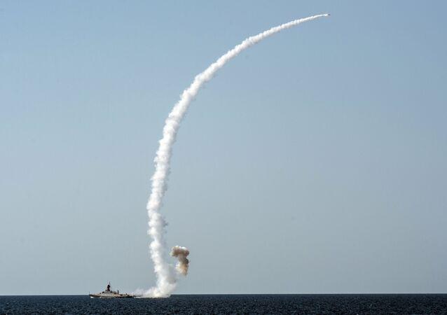 Odpálení rakety Kalibr z lodě Vyšnij Voloček během cvičení na Krymu