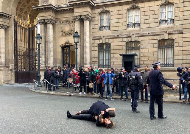 U Elysejského paláce v Paříži zorganizovaly akci dvě aktivistky hnutí Femen