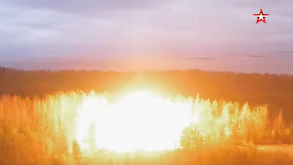 Video: Obrovská exploze! V Rusku inscenovali skutečnou výbušnou vlnu při jaderném výbuchu u velitelského bunkru raketových vojsk - Sputnik Česká republika
