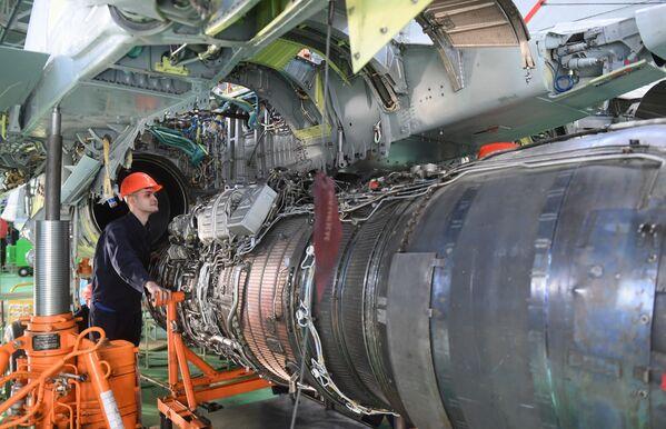 Zaměstnanec Luchovického leteckého závodu v dílně - Sputnik Česká republika