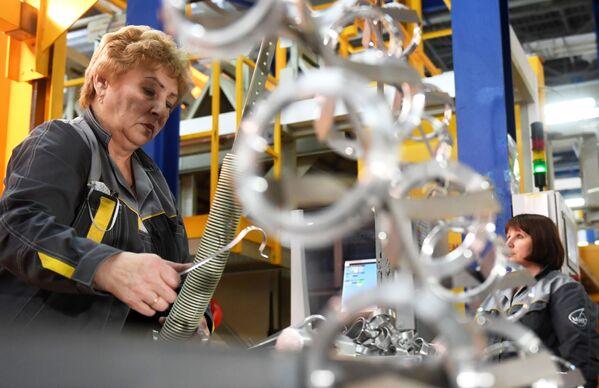 Zaměstnanci Luchovického leteckého závodu v montážní dílně - Sputnik Česká republika