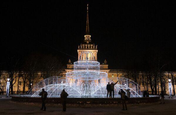 Světelná výzdoba v podobě fontány, která se nachází v Alexandrovské zahradě - Sputnik Česká republika