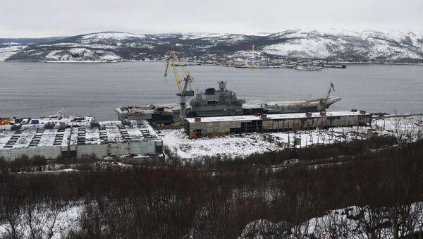 Letadlový křižník Admiral Kuzněcov u přístavu 35. lodního závodu v Murmanské oblasti - Sputnik Česká republika