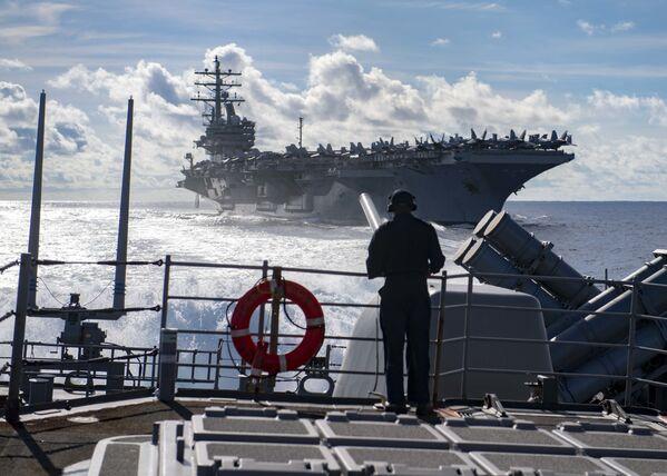 Letadlová loď USS Ronald Reagan a raketový křižník USS Chancellorsville - Sputnik Česká republika