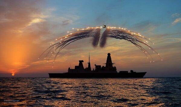Britský torpédoborec HMS Dragon a vrtulník Lynx při cvičení. - Sputnik Česká republika