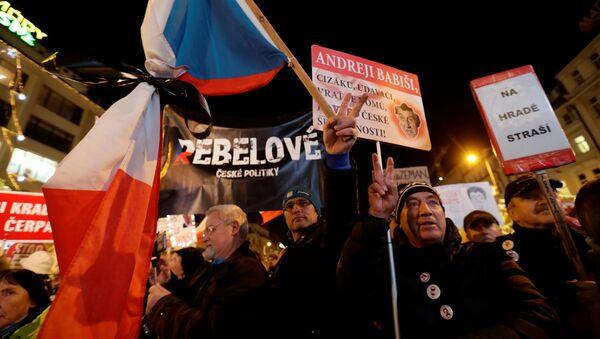Účastníci masové protestní akce požadující demise premiéra Andreje Babiše v Praze - Sputnik Česká republika