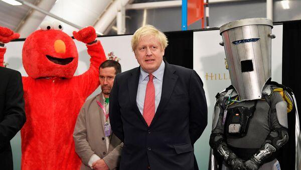 Britský premiér Boris Johnson slaví volební vítězství ve městě Uxbridge, kde získal místo do parlamentu - Sputnik Česká republika