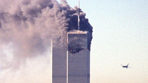 Bojovníci Al-Káidy se zmocnili čtyř dopravních letadel a zamířili dvě z nich na věže Světového obchodního centra (WTC), a dvě další – na Pentagon a pravděpodobně také na Bílý dům nebo na Kapitol - Sputnik Česká republika