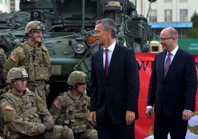 Jens Stoltenberg, Bohuslav Sobotka a američtí vojáci v Praze