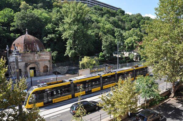 Nejdelší tramvaj na světě CAF Urbos 3, která je k vidění v Budapešti - Sputnik Česká republika