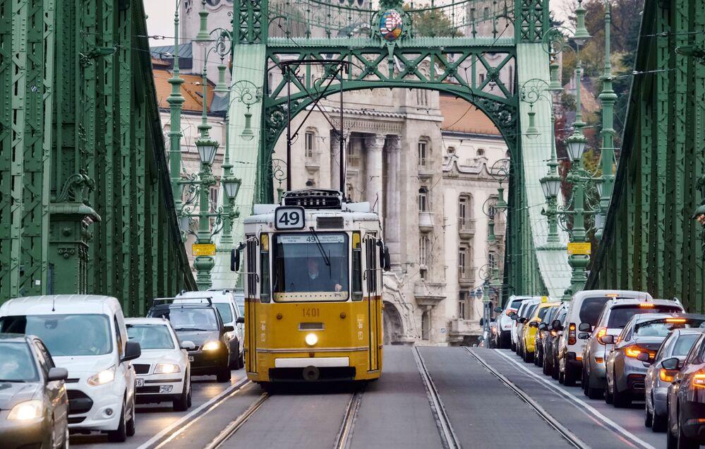 Tramvaj na Mostě Svobody (Szabadság híd) v Budapešti