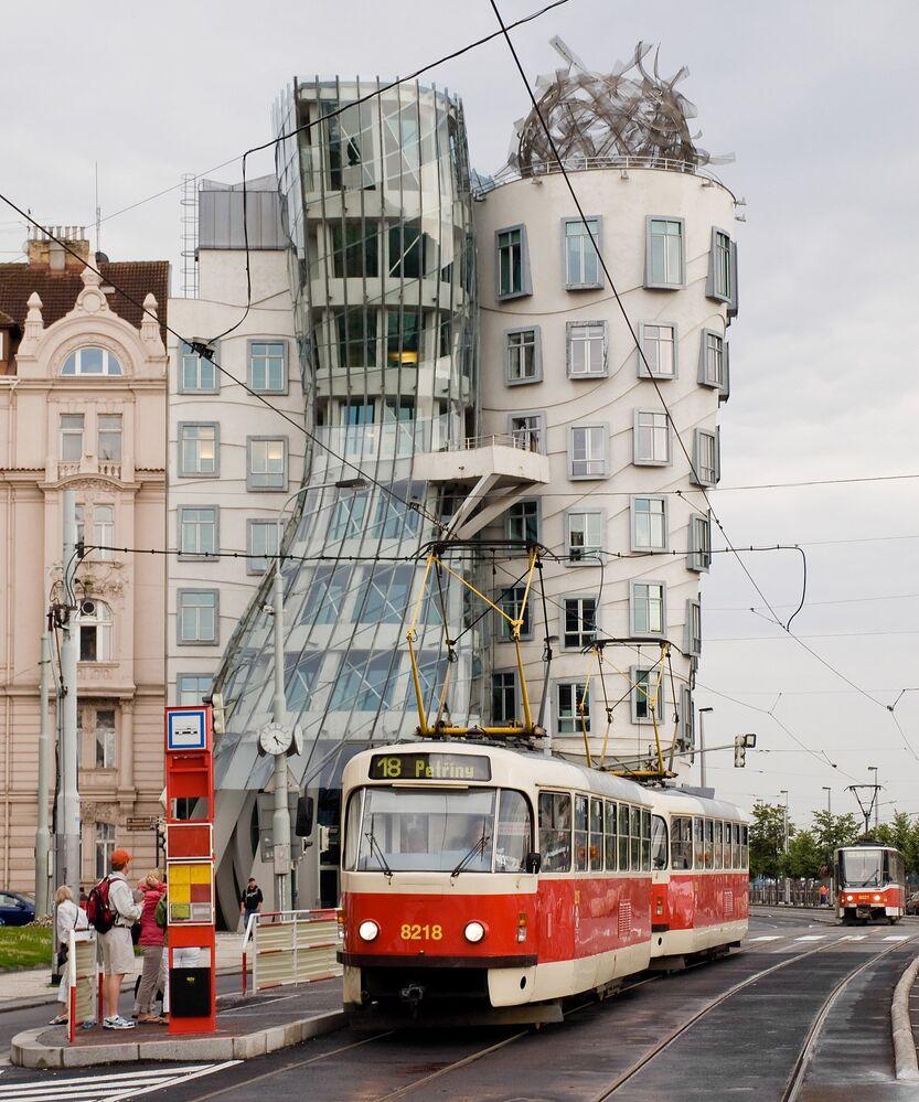 Starodávná tramvaj na pozadí Tančícího domu v Praze