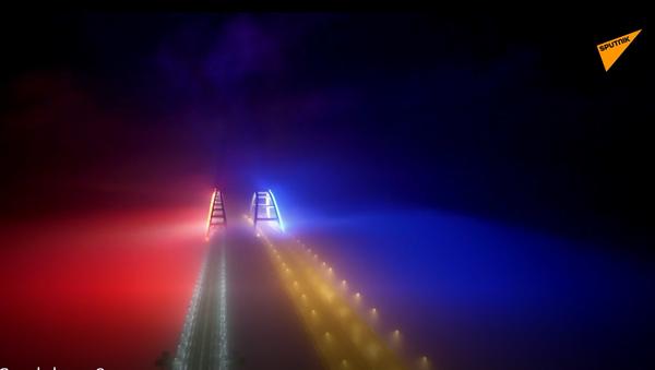 Video: Celý Krymský most v noci najednou zazářil barvami ruské trikolory - Sputnik Česká republika