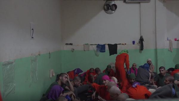 Jak bydlí vězni podezřelí ze spojení s IS. Jsou mezi nimi i Evropané. Unikátní záběry přímo z cely - Sputnik Česká republika