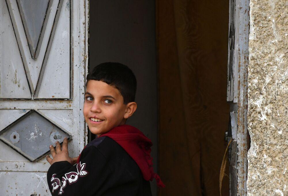 Chlapec u dveří domu v Dúmě, Sýrie