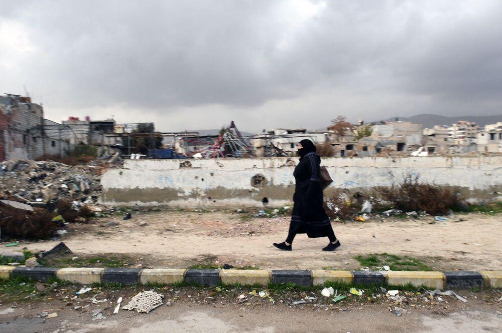 Žena na ulici v Dúmě, Sýrie