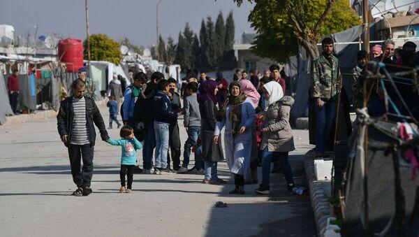 Lidé v uprchlickém táboře poblíž Damašku - Sputnik Česká republika