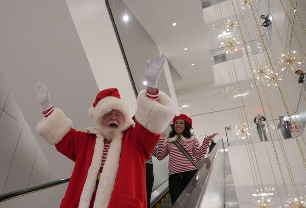 Santa Claus na eskalátoru v obchodě Nordstrom v New Yorku - Sputnik Česká republika