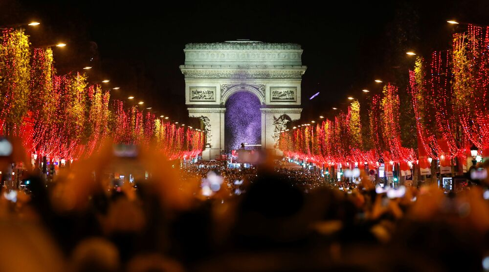 Slavnostní světelná show před Vítězným Obloukem v Paříži