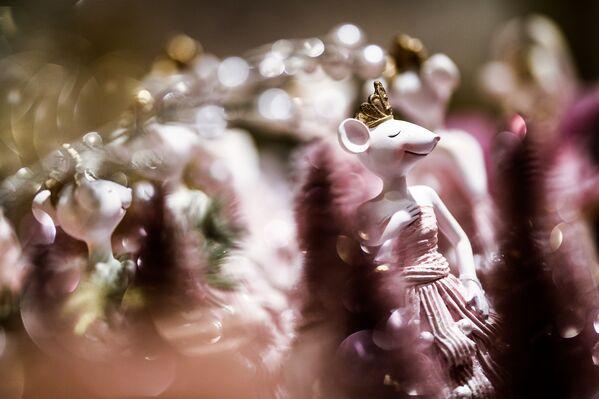 Porcelánová figurka myši na novoročním trhu v CUMu, Moskva - Sputnik Česká republika