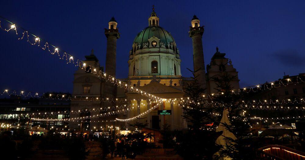 Vánoční jarmark na náměstí před kostelem Karlskirche ve Vídni