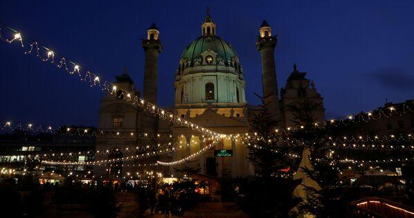 Vánoční jarmark na náměstí před kostelem Karlskirche ve Vídni - Sputnik Česká republika