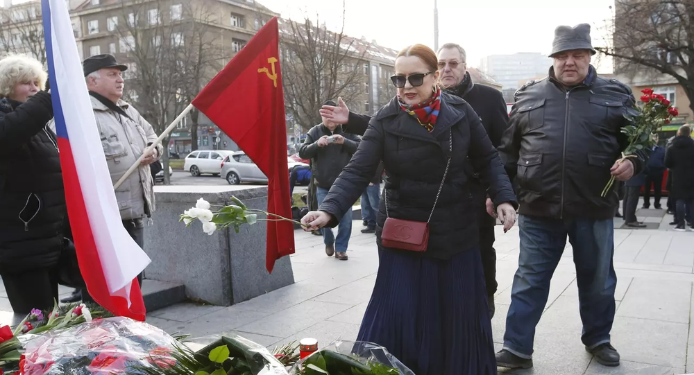 Jelena Koněvová během položení květin k památníku maršála Koněva v Praze.