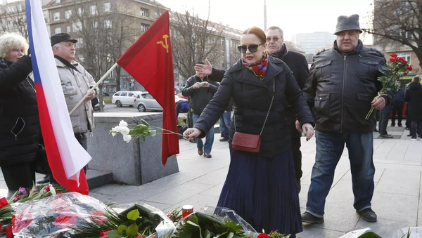 Jelena Koněvová během položení květin k památníku maršála Koněva v Praze. - Sputnik Česká republika