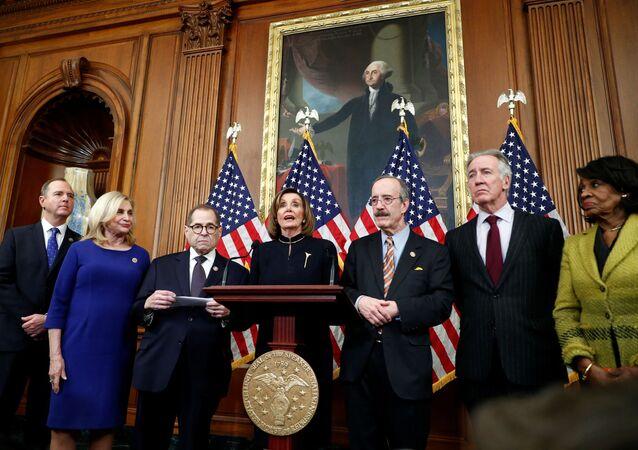 Předsedkyně Sněmovny reprezentantů Spojených států Nancy Pelosiová a další člení demokraté po hlasování o impeachmentu amerického prezidenta Donalda Trumpa.