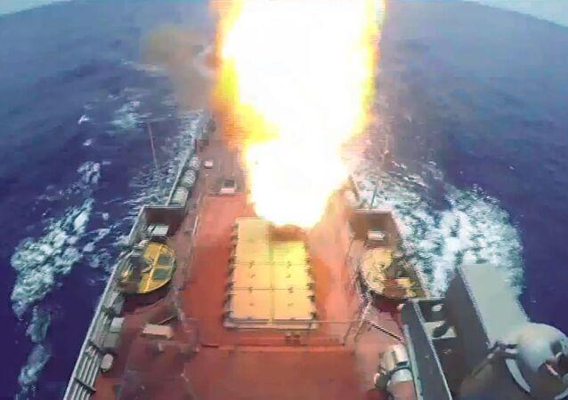 Start rakety s plochou dráhou letu Kalibr na cíle teroristické organizace Fronta an-Nusrá z ruské válečné lodi ve Středozemním moři (19. 8. 2016).