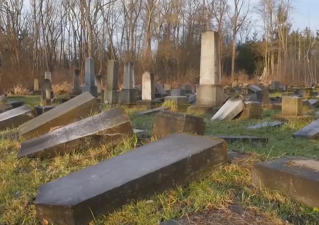 Na internetu se objevily ohromující záběry z dronu na židovský hřbitov, který poničili vandalové