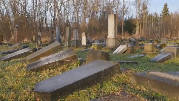 Na internetu se objevily ohromující záběry z dronu na židovský hřbitov, který poničili vandalové - Sputnik Česká republika