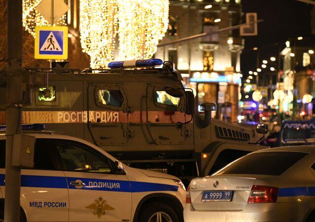 Policejní auta vedle budovy FSB na Lubjance, kde došlo ke střelbě