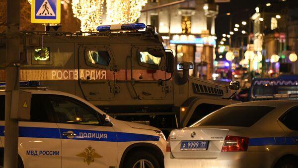 Policejní auta vedle budovy FSB na Lubjance, kde došlo ke střelbě - Sputnik Česká republika