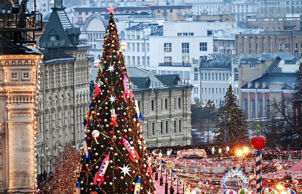 Vánoční strom na Rudém náměstí v Moskvě