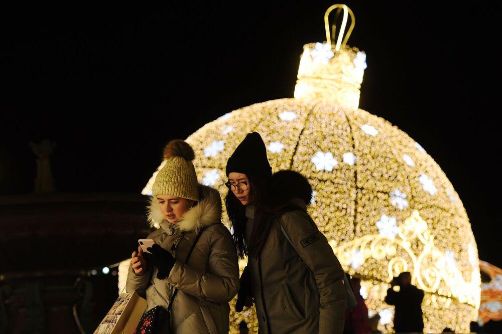 Vánoční výzdoba před Velkým divadlem v Moskvě