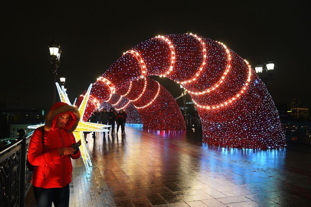 Vánoční ozdoby na jednom z moskevských mostů