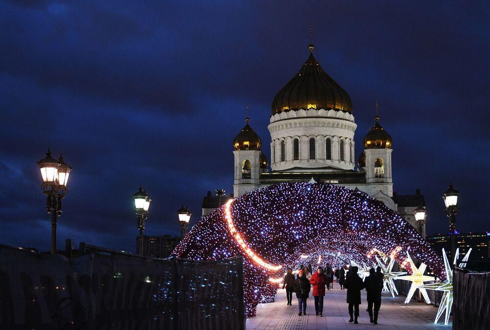 Pohled na Katedrálu Krista Spasitele v Moskvě