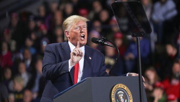 Americký prezident Donald Trump na jednom ze svých meetinků - Sputnik Česká republika